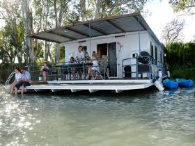 The Murray Dream Self Contained Moored Houseboat - Redcliffe Tourism