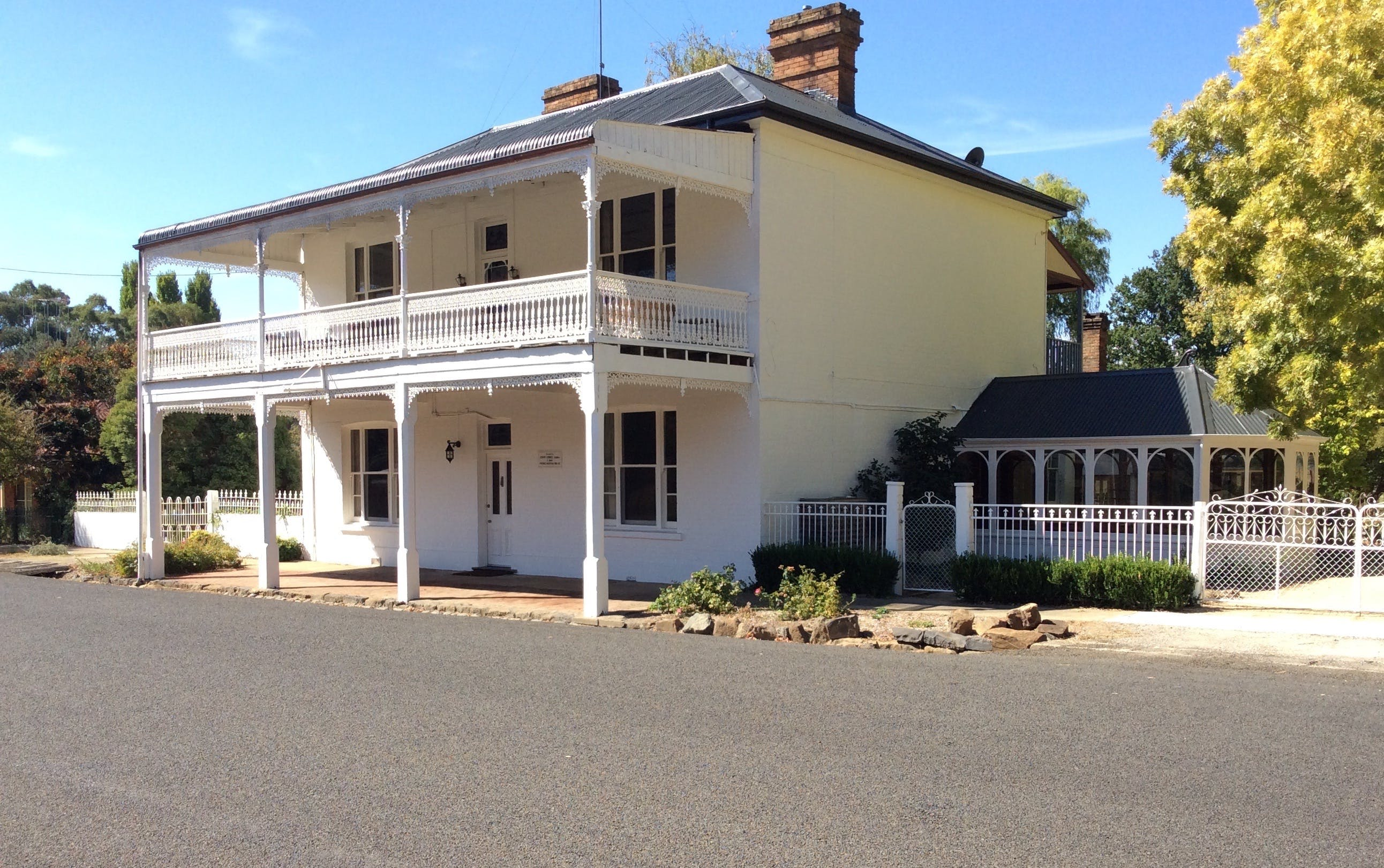 The White House Carcoar - Redcliffe Tourism