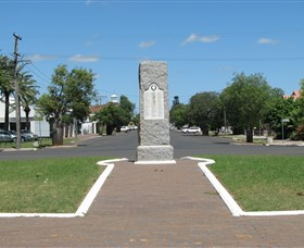 War Memorial and Heroes Avenue - Redcliffe Tourism