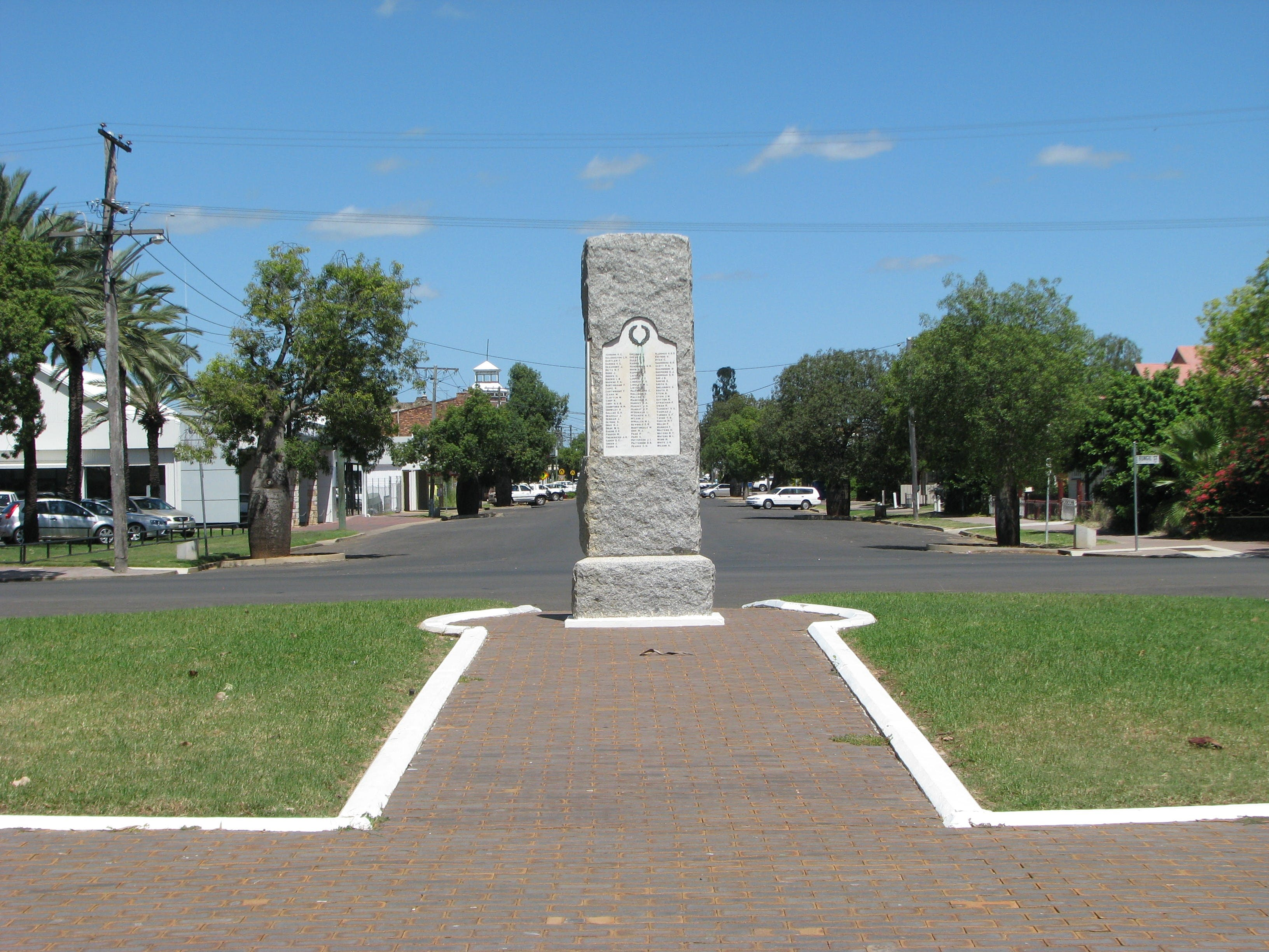 War Memorial and Heroes Avenue Roma - Redcliffe Tourism