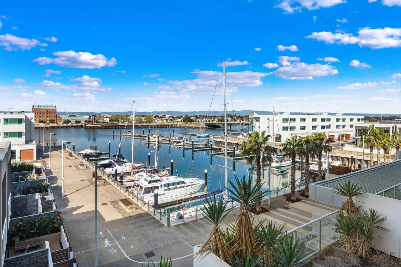 Port Adelaide Executive Waterfront Apartment - Redcliffe Tourism