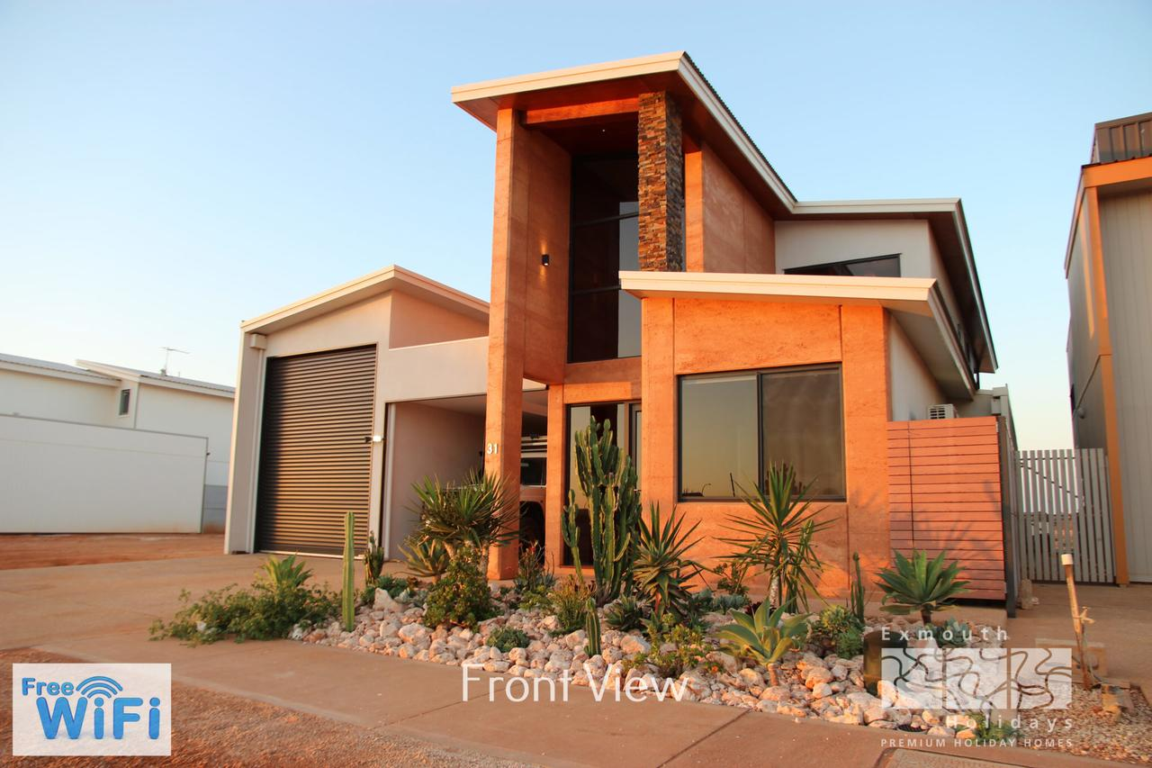 31 Inggarda Lane - Spectacular Views with a Private Jetty and Wi-Fi - Redcliffe Tourism